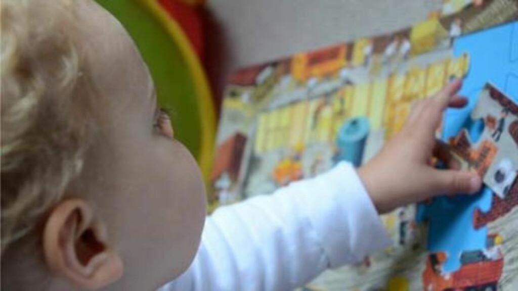 I FARGER; Forskere mener hjernens reaksjon på de to bildene av denne babyen er med på å forklare hvorfor enkelte er mer utsatt for hallusinasjoner. Foto: Universitetet i Cambridge