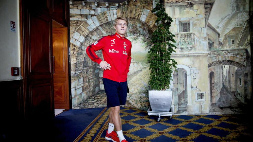 PÅ PLASS I ROMA: Martin Ødegaard ankommer landslagets pressetreff på hotellet i Roma.