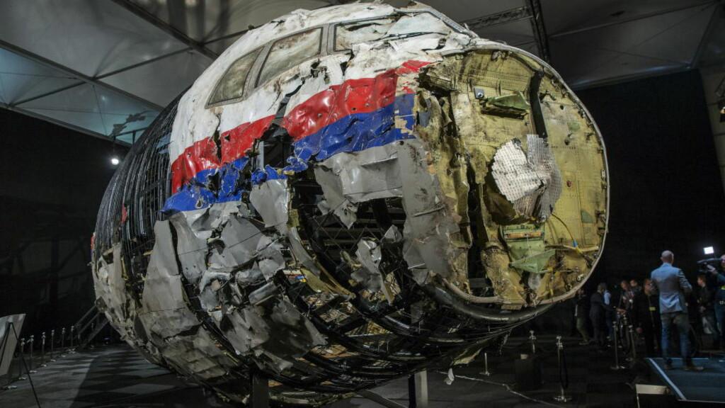 SKUTT NED: Malaysia Airlines MH17 ble skutt ned over det pro-russisk kontrollerte området av Øst-Ukraina i juli i fjor. Her viser de nederlanske etterforskerne fram den rekonstruerte versjonen av flyvraket. Foto: REUTERS/Michael Kooren