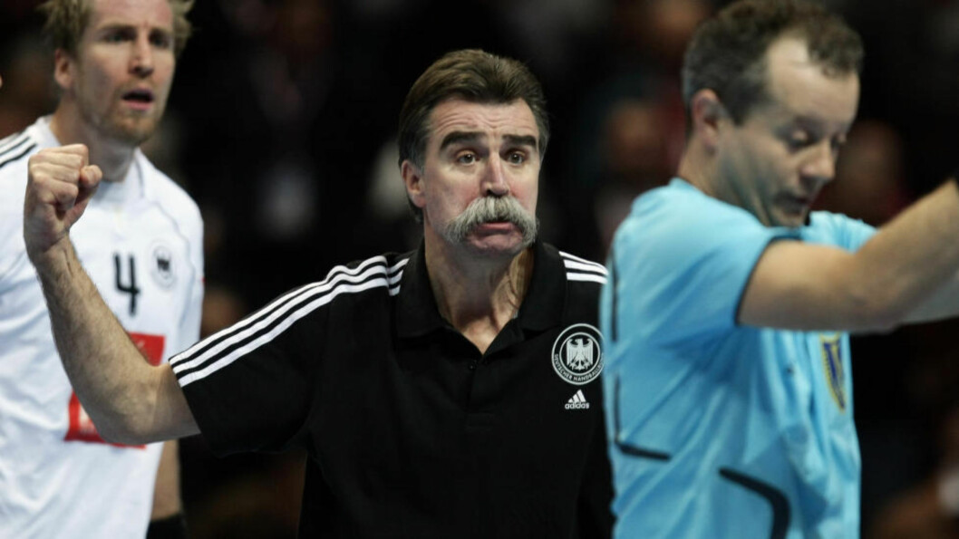 <strong>KLIKKA:</strong> Heiner Brand sirkulerte rundt dommeren som en hane, klar til å kakke når som helst, etter å ha tapt mot Norge i VM 2009. Foto: SCANPIX