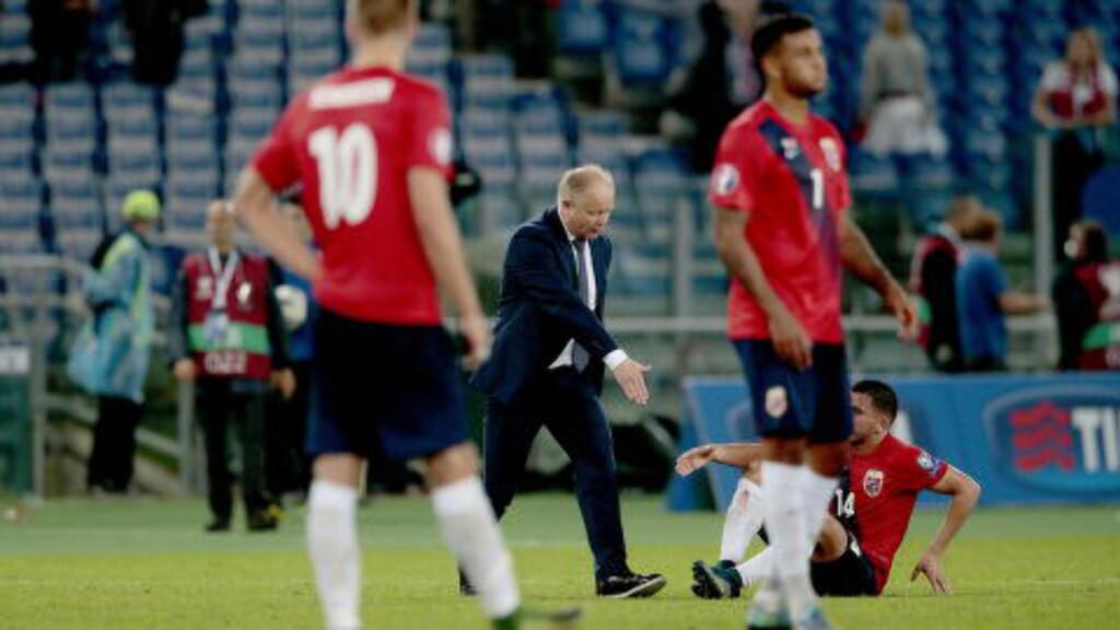 LANGT NEDE:  Per-Mathias Høgmo forsøker å få spillerne på beina igjen etter 2-1-tapet for Italia. - Vår beste spiller, mente treneren.