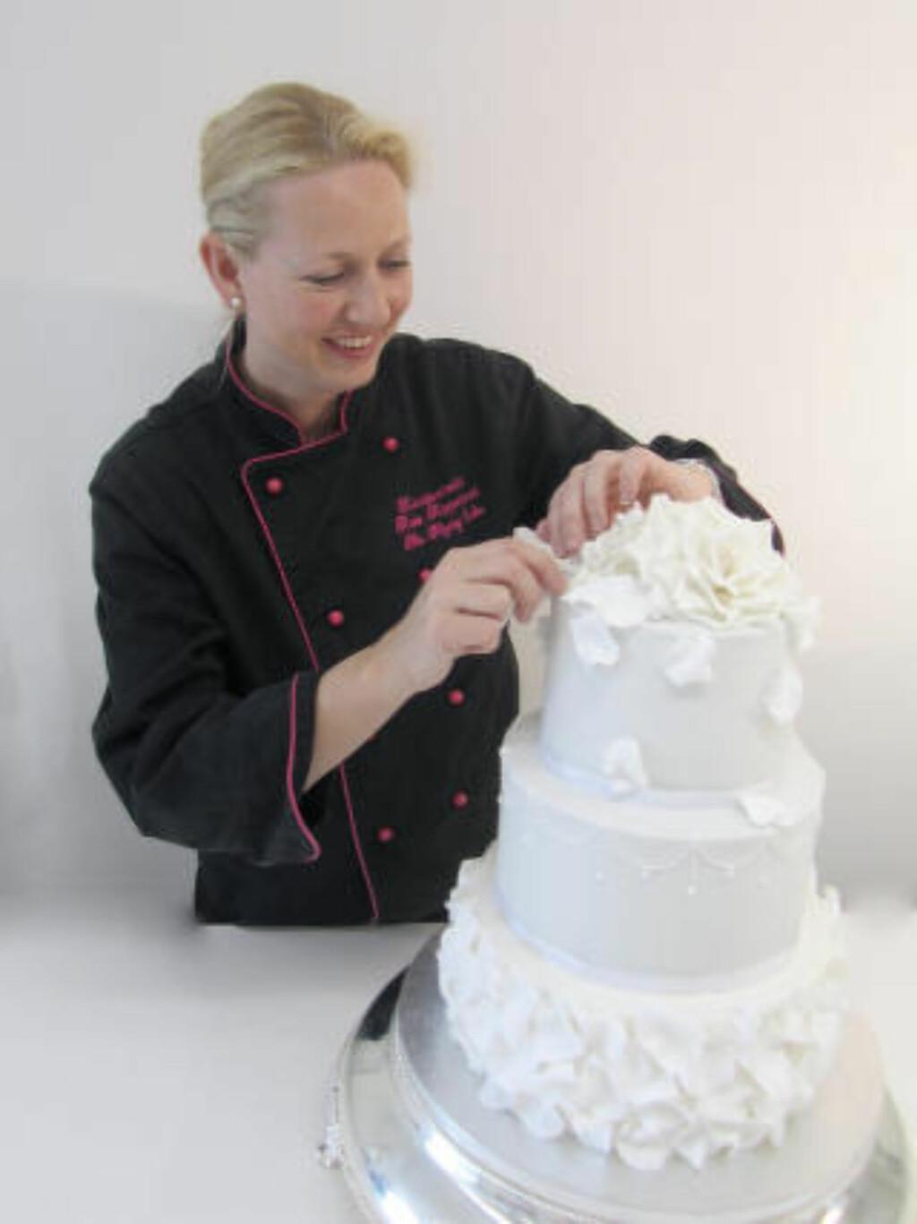 KONDITORMESTER: Kate Kippersund kan mer enn de fleste om både kakebaking og kakekutting. Foto: Privat