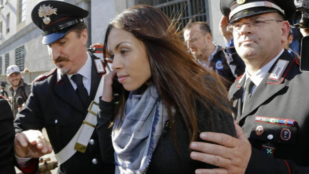 VITNET:  I mai 2013 ga Karima El Mahroug sitt vitnemål i forbindelse med de daværende anklagene mot Silvio Berlusconi. Den tidligere statsministeren var anklaget for å ha kjøpt sex av henne i 2010 - da Mahroug var 17 år. Han ble først dømt, før dommen ble frafalt. Foto: AP Photo/Luca Bruno