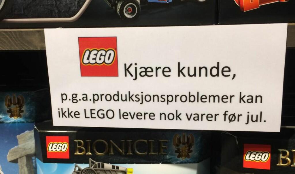 ADVARSEL: Advarsler som denne, som hang i en butikk på kjøpesenteret CC Vest i forrige uke, kan det bli flere av i tida før jul. Foto: Sindre Granly Meldalen