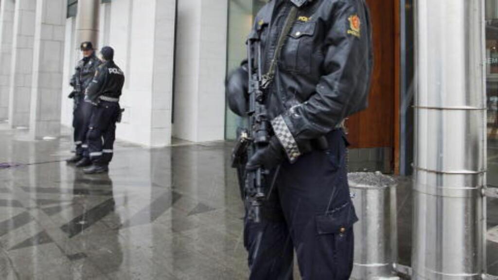 FORTSATT BEVÆPNET :  Norsk politi skal fortsatt være bevæpnet, men nå skal skytevåpen og magasin oppbevares hver for seg. Foto: Per Flåthe