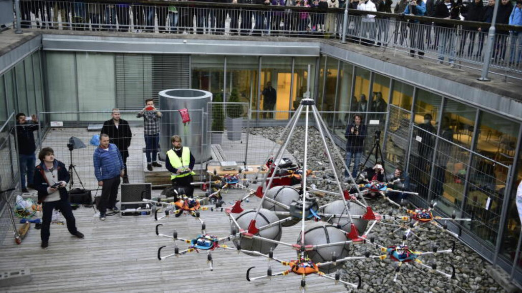 REKORD:  Det ble ny verdensrekord da Universitetet i Oslo løftet nesten 150 kilo dødvekt ved hjelp av droner onsdag. Foto: Lars Eivind Bones / Dagbladet