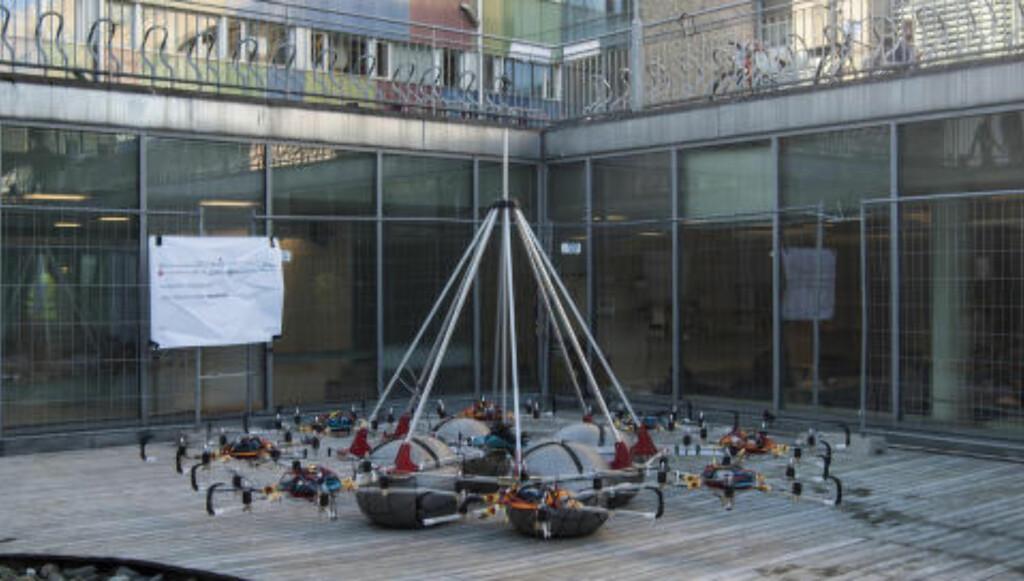 FØR TESTFLYVNING:  Dronen står på bakken før testflyvningen onsdag formiddag. Foto: Benedicte Tandsæther-Andersen / Dagbladet