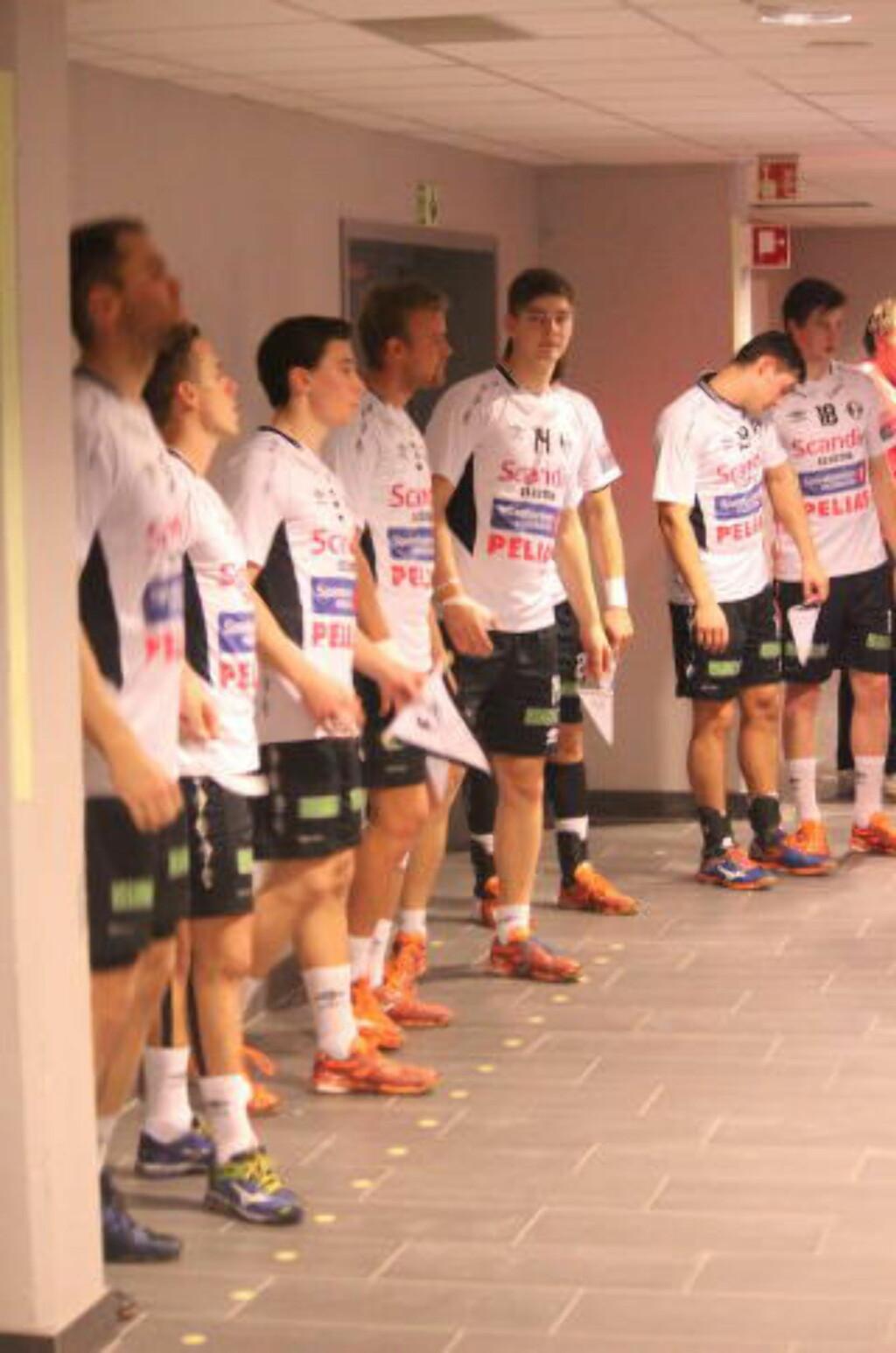 STRIDSKLAR:  Spillerne venter utålmodig i tunnelen. Foto: Erik Eikebrokk