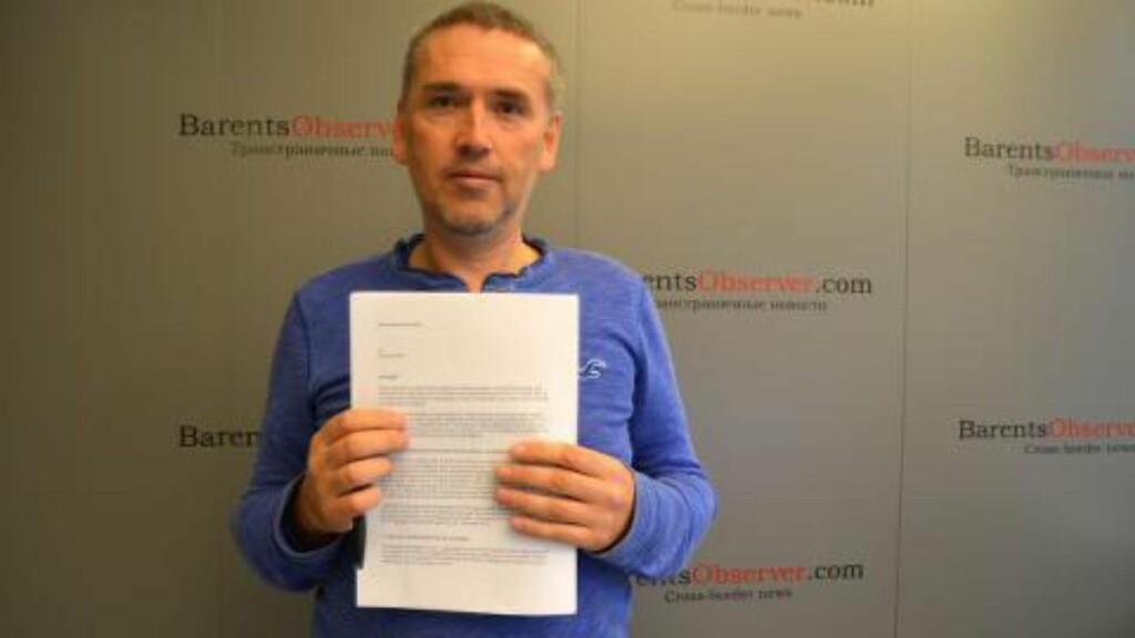 MED AVSKJEDIGELSEN: En oppgitt Thomas Nilsen avbildet med et ferskt avskjedigelsesbrev i hendene. Foto: Atle Staalesen / Barents Observer
