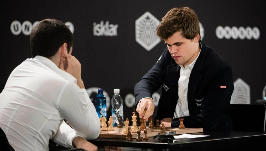 I TRØBBEL: Etter de to første partiene på dag to av lynsjakk-VM er Magnus Carlsen 1,5 poeng bak lederen. Foto: EPA/GREGOR FISCHER