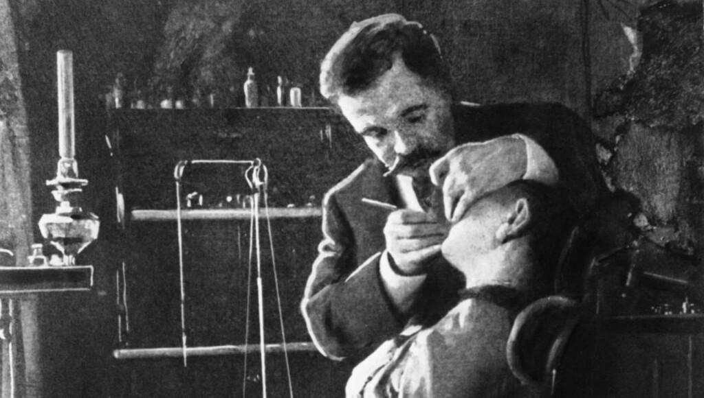 ALTERNATIVE METODER:  På 1900-tallet var det vanlig å ha tannlegepraksis i sitt eget hjem. Foto: NTB scanpix