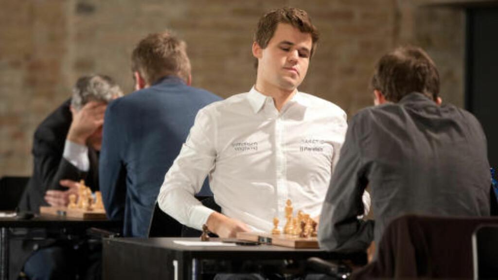 TUNG START: Magnus Carlsen spilte fem partier uten seier ondag. Foto: Joerg Carstensen/dpa