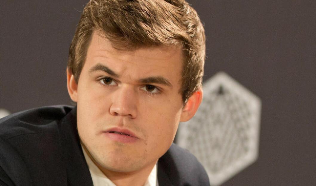 <strong>MISSET I STARTEN:</strong> Magnus Carlsen spilte fem partier uten seier onsdag ettermiddag.  Foto: Joerg Carstensen/dpa