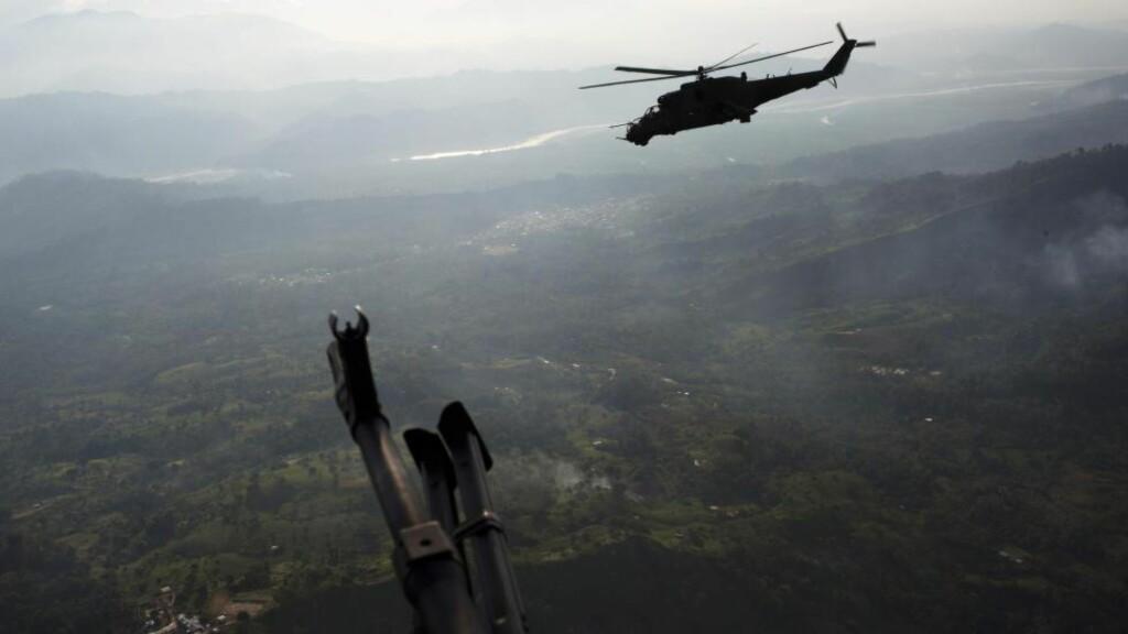 FLYR FORBI: Militæret i Peru beskyldes for å ta imot bestikkelser for å la narkotikasmuglere få fritt leide i landets luftrom. Bildet viser et militærhelikopter i lufta over Apurimac-regionen i Peru - verdens ledende region for kokainproduksjon. Foto: AP / NTB Scanpix.