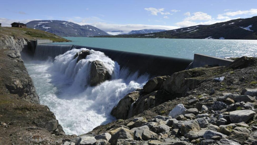 FULLE VANNMAGASIN:  Norges største vannmagasin, på Storglomvatnet. Magasinet er fullt, og vann renner ut i overløpstunnel. Foto: Bjørn Jørgensen / Samfoto