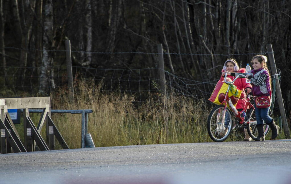 OVER GRENSA: Søstrene Farida (10) og Rurin (8) var blant de 75 flyktningene som onsdag tok seg til Norge fra Russland på grensestasjonen Storskog. Foto: Øistein Norum Monsen / Dagbladet