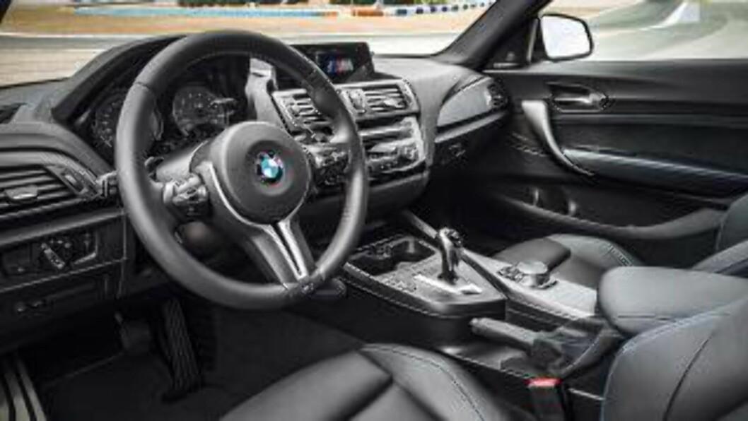 EFFEKTIVT FUNKSJONELT: Det er ingenting her som skriker racing - men vi stoler på at det er tilrettelagt for sportslig kjøring likevel. En artig nyhet er GoPro action-kameraløsning som kan styres via iDrive-enheten. Foto: BMW