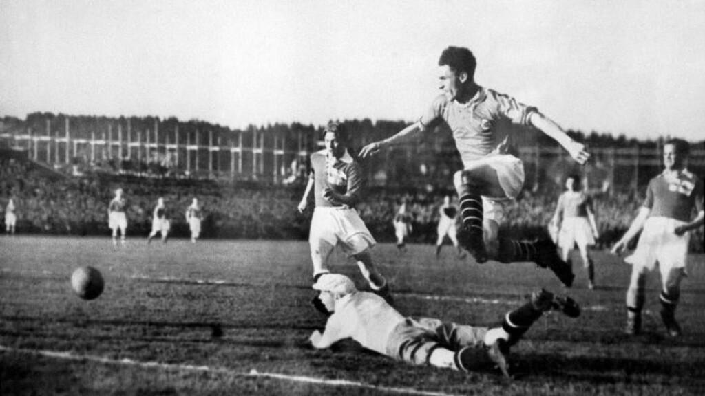 OFFSIDE?  Arne Brustad ble avblåst for offside da han scoret mot Italia i 1938. Den avblåsningen kom norsk idrett egentlig aldri over. Her er Brustad avfotografert på trygg hjemmebane på Ullevaal. FOTO:  SCANPIX/ARKIV.