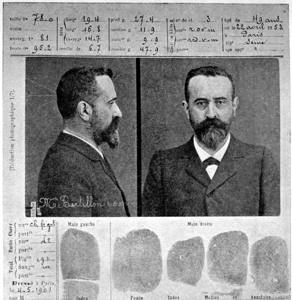 MUGSHOT: Alphonse Bertillon stilte villig opp på sin egen oppfinnelse, det såkalte mugshot med fingeravtrykk. Det skulle være egnet til å gjenkjenne kriminelle ved senere anledninger. Bildet er tatt i 1906, to år før Bertillion ble tilkalt til Steinhel-leiligheten. Foto: NTB Scanpix