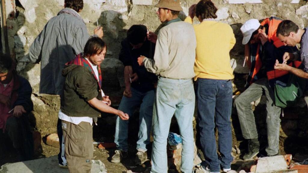 PÅ VERDENSTOPPEN:  På slutten av 1980-tallet hadde Portugal et uhåndterlig og for innbyggerne, stort problem med injiserende heroinmisbrukere. På det verste var en prosent av befolkningen tunge rusmis-brukere. Portugal lå på verdens-toppen i rusrelaterte dødsfall. Bildet er tatt i Lisboas bydel Casal Ventoso, oktober 1999. Foto: Gael Cornier / AP / Scanpix