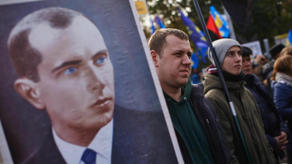 SENTRAL FIGUR: Fascisten Stepan Bandera er en av de sentrale figurene i boka til Morten Strand. Her er Bandera portrettert på et banner under en demonstrasjon i Kiev denne uka.  Foto: NTB Scanpix / Vitaliy Holovin / Demotix / Corbis