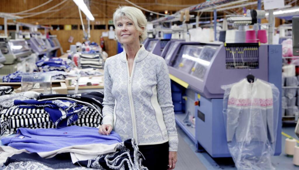 SYNES ULL ER GULL:Hilde Midthjell (55) har de siste to åra rydda opp i tekstil-fabrikken Dale. Hun tror og håper den tradisjonsrike bedriften skal bli en suksess igjen. Foto: Paul S. Amundsen