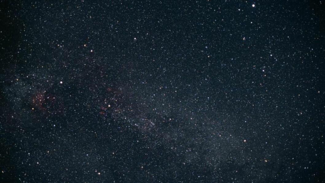 <strong>KIC 8462852:</strong> Stjerna KIC 8462852 ligger mellom stjernebildene Svanen og Lyren som begge er stjernebilder på den nordlige himmelhvelving. Forskere ved Penn State og Yale utforsker nå muligheten for at det er konstruksjoner laget av en intelligent sivilisasjon som går i bane rundt stjerna. Foto: NTB Scanpix