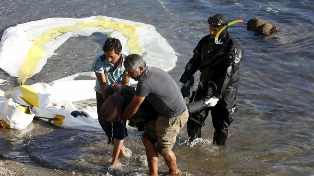 SJU DØDE: Sju mennesker druknet torsdag da trebåten deres sank utenfor den greske øya Lesvos under en redningsaksjon. En av de som mistet livet var en liten baby mens tre andre var barn. Det melder nyhetsbyrået Reuters. Foto: REUTERS/Giorgos Moutafis/NTB Scanpix