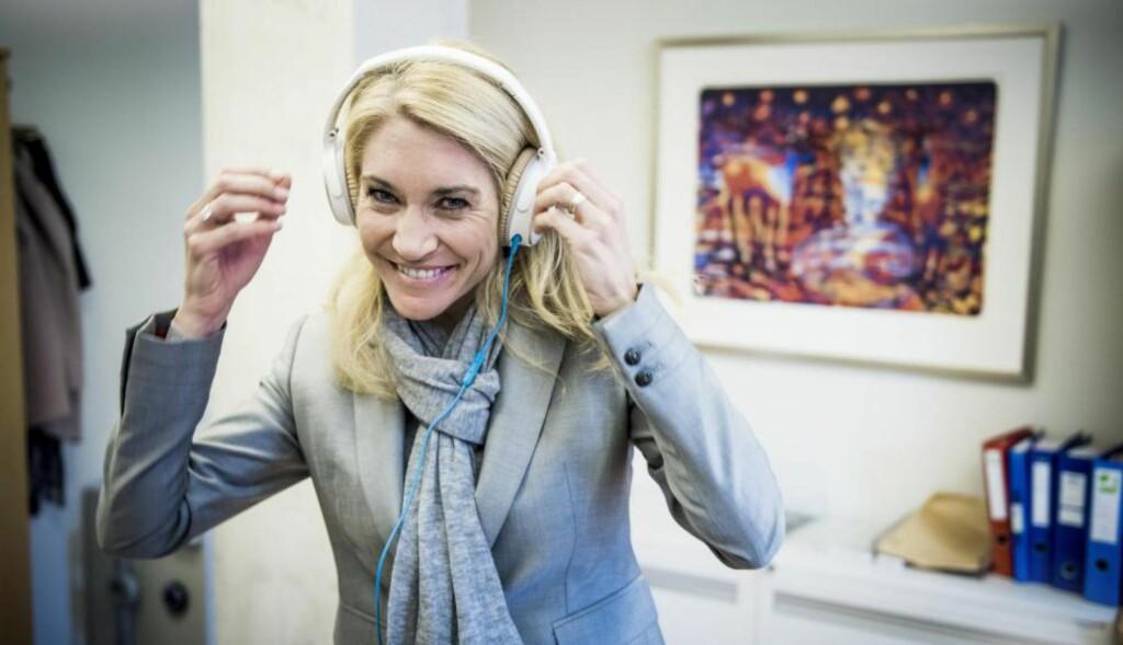 LYDIG: Ved hjelp av øreklokkene kobler Julie Brodtkorb verden ute når det bråker som verst. - Jeg tør ikke si annet enn at jeg digger Kygo, Erna er nemlig blodfan, ler hun. Foto: Lars Eivind Bones