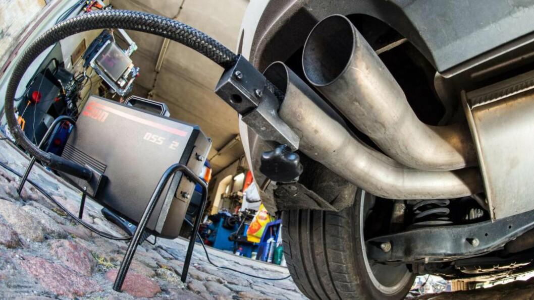 DIESELGATE: Selv om Volkwagens nyeste bilmodeller er frikjent, er det ingen tvil om at dieselgate-skandalen har gitt merket en alvorlig ripe i lakken. Foto: Afp