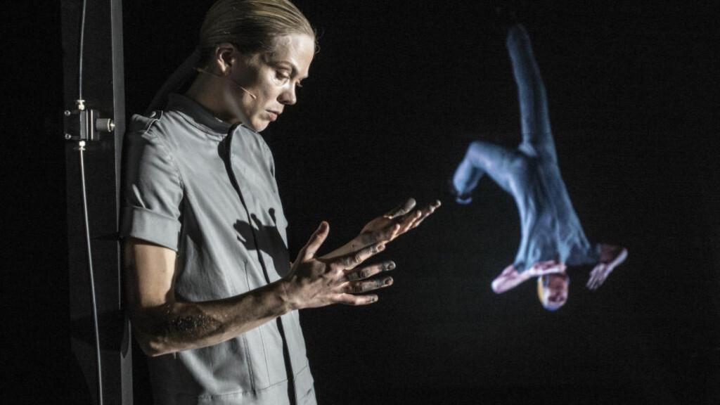 POESI OG PESSIMISME: Ane Dahl Torp og hennes video-avatar - designet av Roger Gihlemoen - i «Solaris Korrigert», Det Norske Teatret. Foto: Erik Berg, Det Norske Teatret