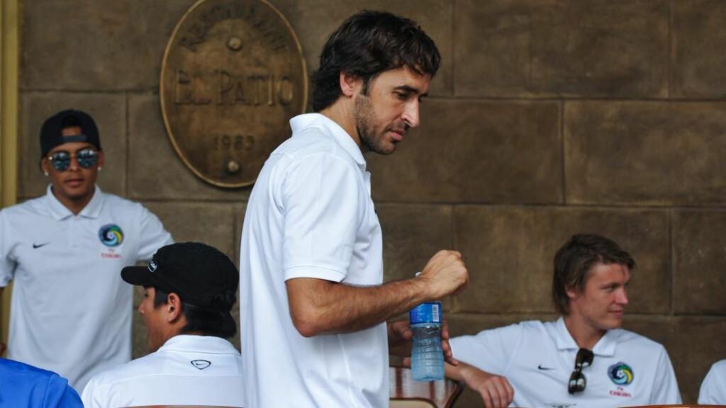 LEGGER OPP: Den spanske fotballegenden Raul annonserte torsdag at han legger opp. Nå hylles han av tidligere lagkamerater og venner. Foto:  AFP PHOTO/YAMIL LAGE