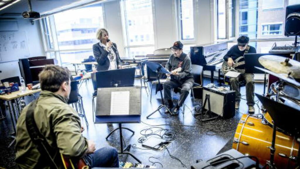 OVERRASKET: - Vent litt - er det «Love Me Tender» hun spiller? var reaksjonen min da jeg hørte Lisa Dillan for første gang, forteller tidligere Elvis-gitarist James Burton (midten). Foto: Thomas Rasmus Skaug / Dagbladet