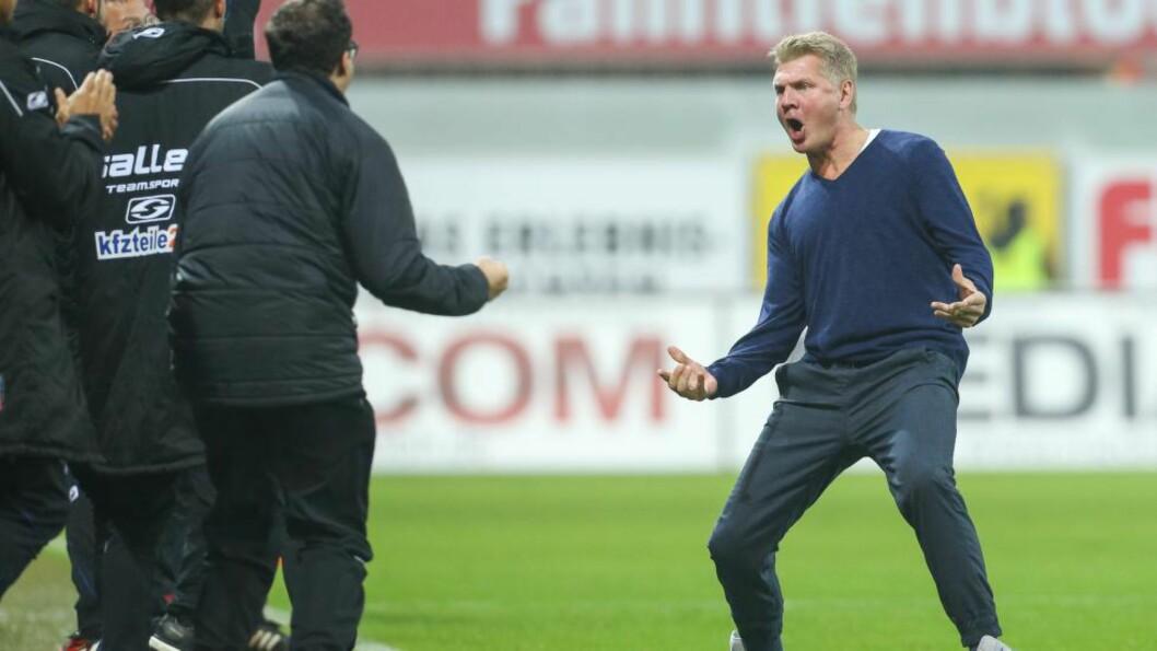 JUBEL: Stefan Effenberg fikk en glitrende start på trenerkarrieren da Paderborn slo Eintracht Braunschweig 2-0 i tysk Bundesliga fotball fredag kveld. Foto:    AFP PHOTO / DPA / FRISO GENTSCH