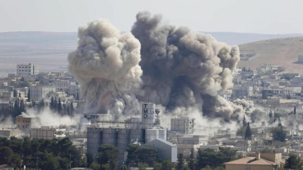 LUFTANGREP: Slik så det ut etter et amerikansk luftangrep mot IS-stillinger i Kobani i fjor. Foto: Umit Bekas / Reuters / NTB Scanpix