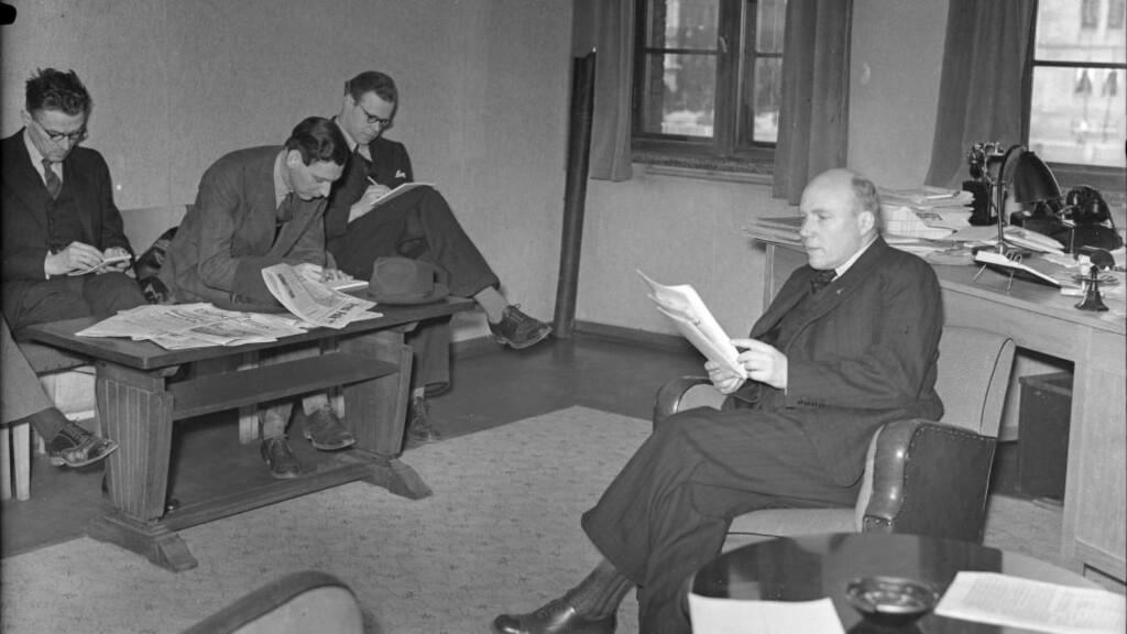 LAGDE KRIM SOM FORSVANT: Bildet viser filmdirektør Sinding orientere pressen om den internasjonale filmkongress i Italia i 1942. Foto: Kihle / NTB scanpix