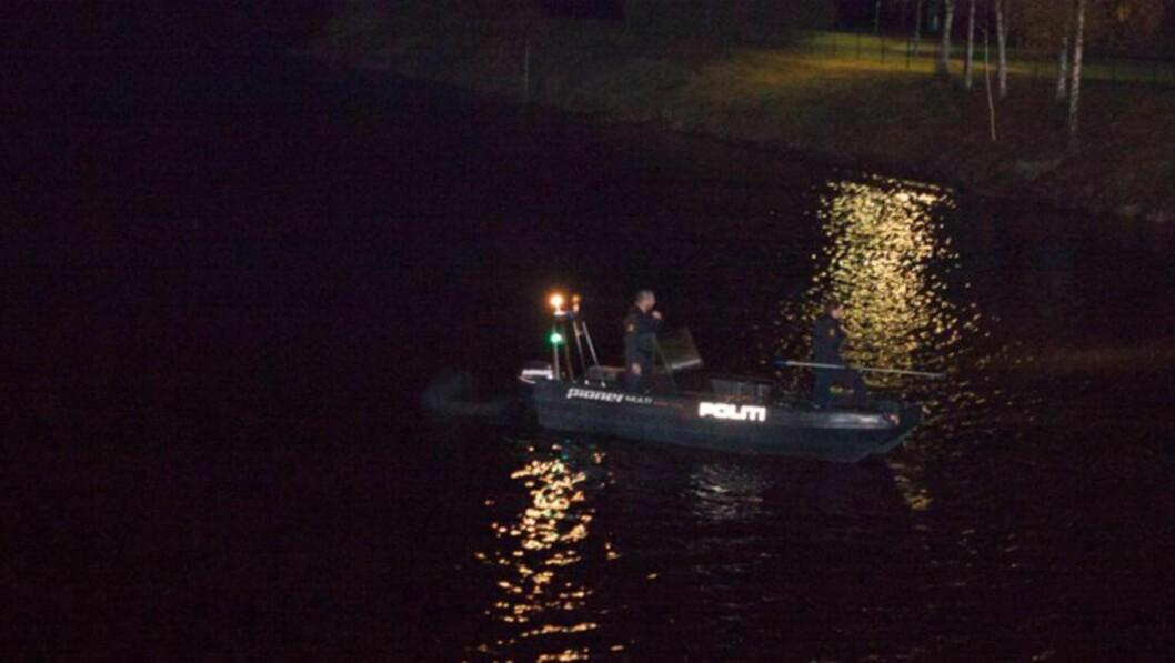 SØK: Politiet søker med full styrke etter en person som forsvant da båten kantret fredag kveld. Foto: Freddie Larsen