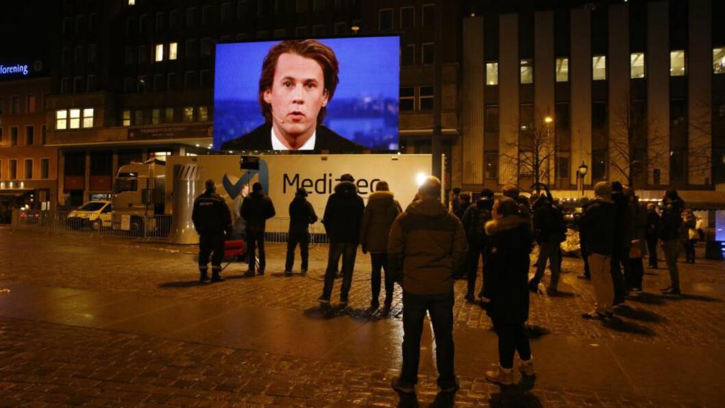 <strong>NØDHJELP:</strong> Ylvis leide tirsdag kveld en storskjerm og viste programmer på Youngstorget i Oslo for å hjelpe dem som er rammet av konflikten med Telenor og Canal Digital. Foto: Terje Bendiksby / NTB scanpix