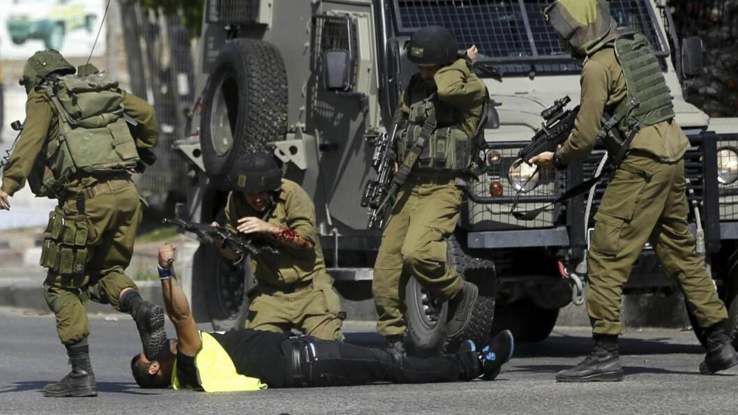 <strong>BLE DREPT:</strong> En mann forkledd som journalist ble i går drept av israelske sikkerhetsstyrker ved byen Hebron. Mannen gikk til angrep og skadet en israelsk soldat med kniv. Foto: EPA/ABED AL HASLHAMOUN/NTB scanpix