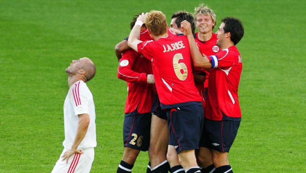 GODE MINNER: Norge har mange gode minner mot Ungarn, som er det siste hinderet før EM. Her jubler de norske spillerne etter 4-0-seieren over Ungarn i 2007. FOTO: OLAV OLSEN