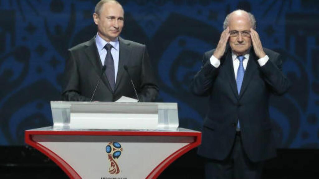 DYNAMISK DUO: Vladimir Putin og Sepp Blatter sammen under trekningen av gruppene til VM-kvalifiseringen den 25. juli i år. Foto: AP Photo/Ivan Sekretarev/NTB Scanpix