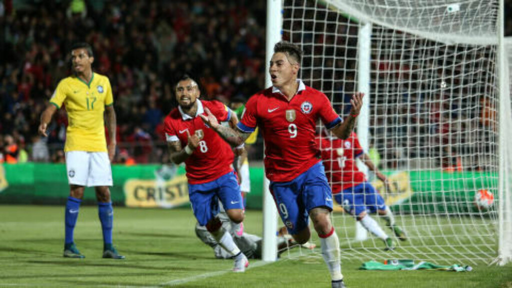 TO AV TO: Chile har fått en knallstart på kvalifiseringen med to seiere mot Brasil og Peru. Foto: Xinhua/Sipa USA/NTB Scanpix