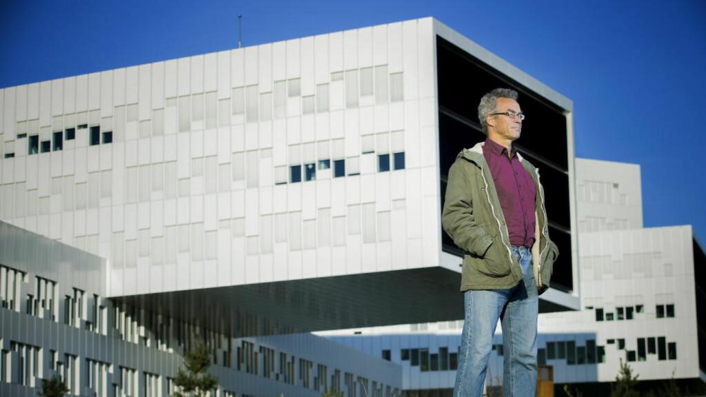 GRØNN LEDER: På plass foran Statoil-bygget på Fornebu, som agerer regjeringsbygg i «Okkupert». Rasmus Hansson bedyrer at Miljøpartiet i serien ikke er De Grønne. Foto: BJØRN LANGSEM