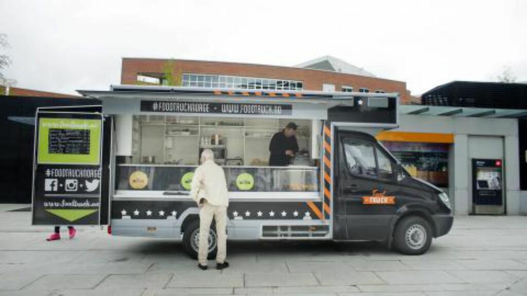 MATBIL: Kioskene tilbyr ofte kjedeligere mat enn de nye aktørene på gata. Fra denne bilen i Oslo kan du blant annet bestille pulled pork-burgere, burritos og italienske pølser. Nå skjer det noe i kioskbransjen også. Foto: SCANPIX/NTB