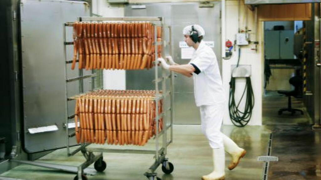 PØLSEMAKER: Leiv Vidars pølsefabrikk på Hønefoss har samarbeidet med Narvesen siden 1995. Nå dreies produksjonen over mot mer kjøttrike pølser. Foto: SVEINUNG UDDU YSTAD