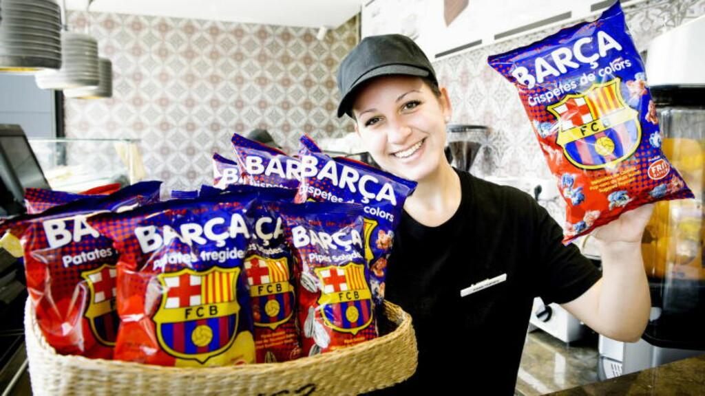 SUPPORTERSNACKS:   - Dette smaker, sier  Anais som selger Barca-potetgull utenfor Camp Nou. Foto: JOHN T. PEDERSEN