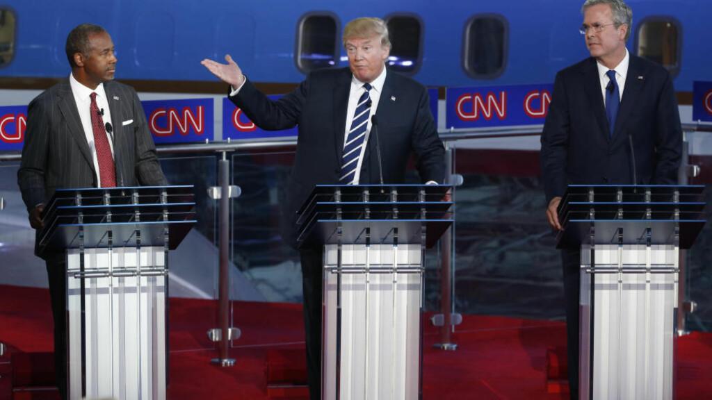 1. 2. og 3. PLASS: Donald Trump (i midten) ligger best an på meningsmålingene, fulgt av Ben Carson (t.v). Jeb Bush (t.h) lå best an en stund, men er nå nede på åtte prosent i gjennomsnitt, og ligger med de på tredjeplass sammen med Marco Rubio. Foto: REUTERS / Lucy Nicholson / NTB scanpix