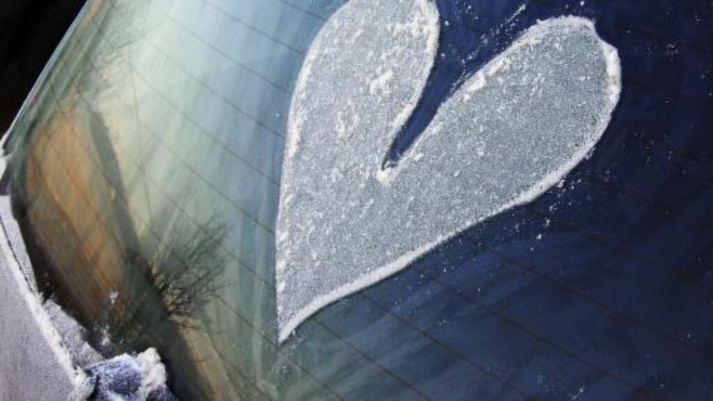 TA VARE PÅ RUTA: Selvom det ikke frister er det viktig å ta skikkelig vare på sikten nå som det blir kaldt ute.  Foto: Samfoto / NTB SCANPIX