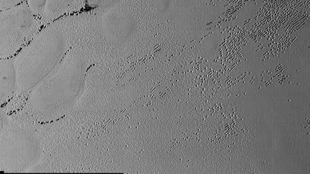 -NYLIG AKTIVITET: Forskere tror at Plutos høye fjell kan tyde på at dverglaneten har hatt en aktiv geologi med indre krefter som nylig har formet overflaten- Foto: NASA/JHUAPL/SwRI