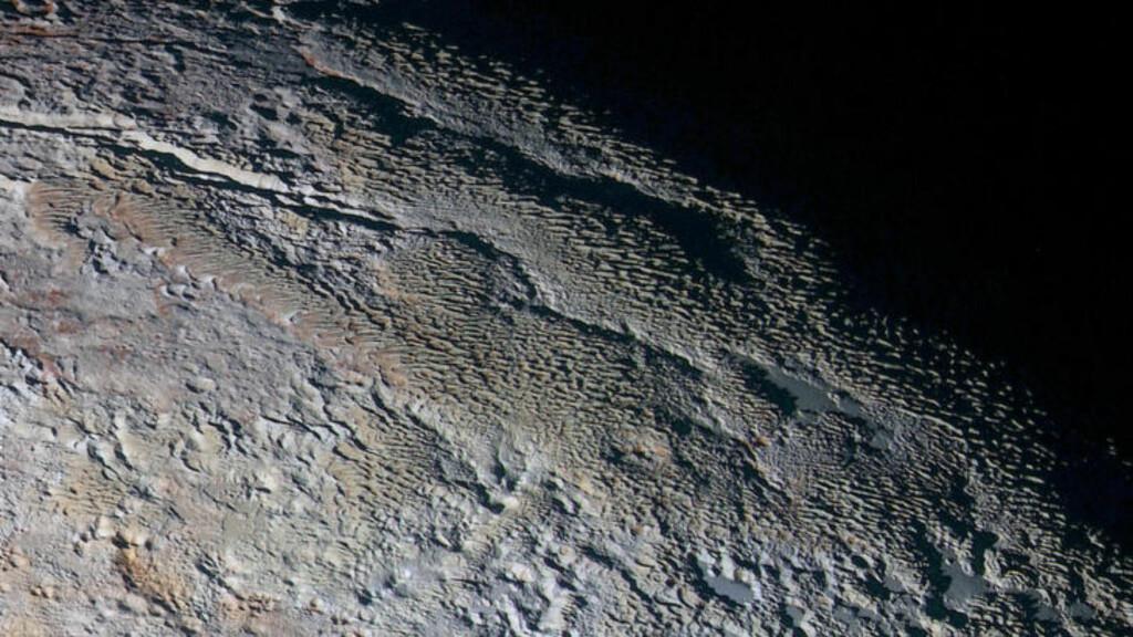 SLANGESKINN: Bilder av overflaten på Pluto viser noen karakteristiske formasjoner som NASA selv mener likner mer på slangeskinn, drageskjell eller bark enn faktisk geologi. Foto: NASA/JHUAPL/SwRI